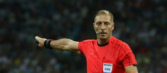 Nestor Pitana is scheidsrechter tijdens de openingswedstrijd